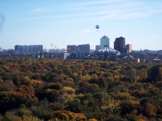 Tiergarten mit Sony Center im Hintergrund